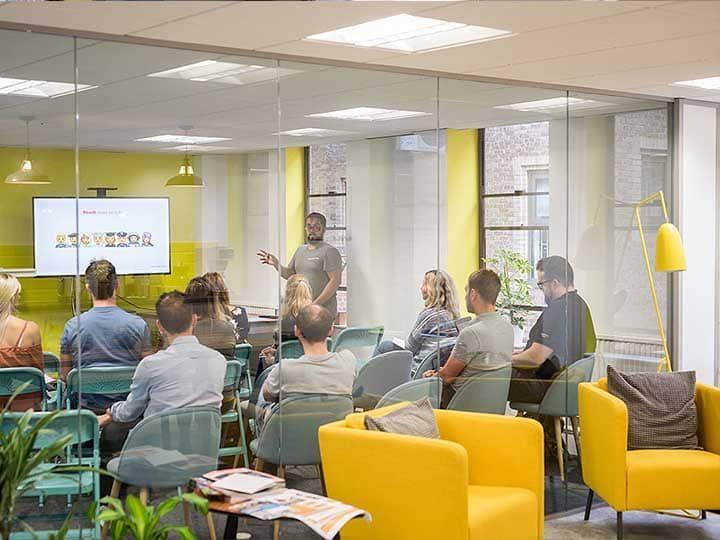 oficina amarilla