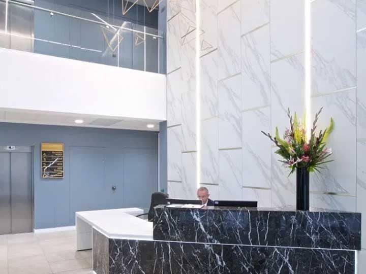 recepcion oficina marmol